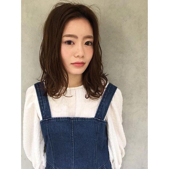 ...肩ラインのボブスタイル︎ゆるいウェーブは、ヘアビューロン2Dplusでツヤカールをつけてスタイリング!.毎日巻いても痛まずに髪がツヤツヤになります♡..巻くのが苦手な方は、パーマをかけてスタイリングも◎.その方のライフスタイルに合わせてご提案させて頂きます!..hair...chie@r.hair.chiemake...yuka@r.hair_yuka ...#rhair#makeup #福岡美容室#薬院美容室 #福岡#薬院#美容室#美容院#ヘアサロン#撮影#ヘアスタイル撮影#撮影モデル #ヘアスタイル#ヘアカタログ #ミディアムヘア#エッセンシティ#オーガニック#ナチュラル#ジョンマスターオーガニック#organic#natural#ファッション#fashion#ootd#instagood#instapic#vsco#vscocam#instahair